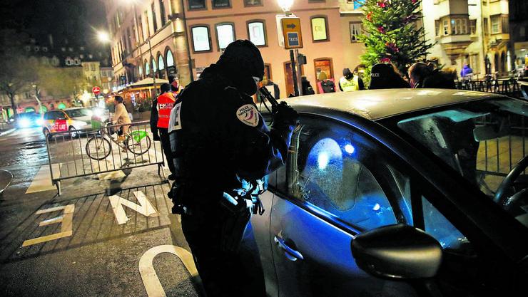 Autos werden kontrolliert, Strassen abgesperrt: Immer noch suchen die Sicherheitskräfte in Strassburg nach dem flüchtigen Attentäter.