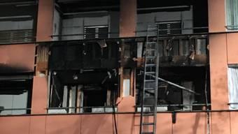 Der Brand brach auf einem Balkon im 1. Obergeschoss aus. Die Bewohner des Mehrfamilienhauses konnten sich aus dem Gefahrenbereich begeben. Es wurde niemand verletzt.