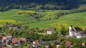 Teilansicht des Dorfkerns von Wölflinswil mit Kirche und Pfarrhaus. – Foto: az