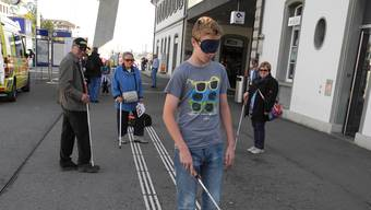 «Blind» nur auf Probe: Patrick Flury (13) beim Selbstversuch.