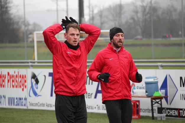 Olivier Jäckle (l.) und Sven Lüscher atmen nach einer intensiven Laufübung durch