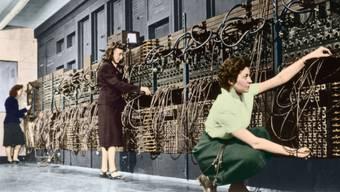 Was aussieht wie eine Telefonzentrale, ist der ENIAC, «noch kein Computer», wie die Fachleute sagen, aber trotzdem imposant. Nur Frauen können ihn verstehen...