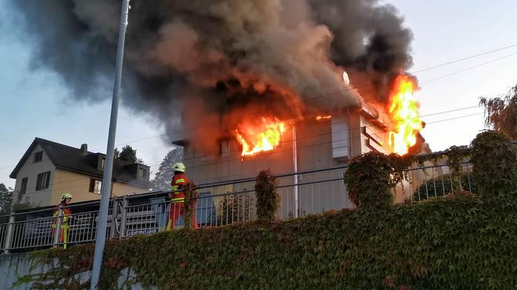 Das Fabrikgebäude des Leuchtreklamenherstellers Neon Bächli AG wird zerstört.