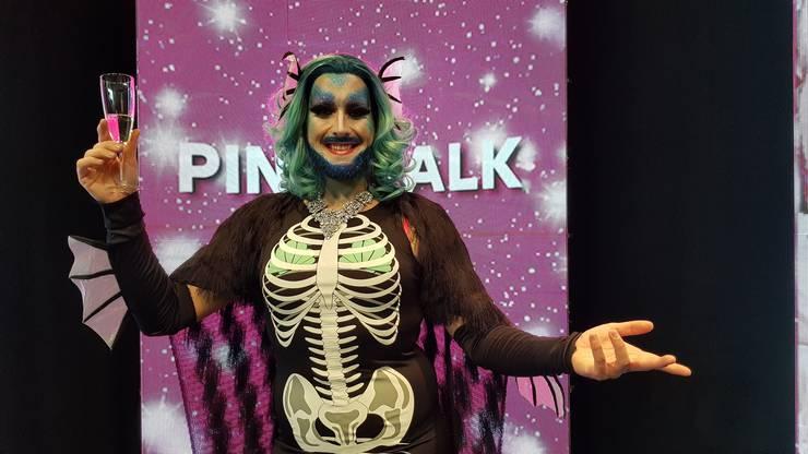 Der Solothurner Performance Artist Jeff van Phil war am Sonntag im Pink-Talk von JumpTV und liess sich danach mit Zuschauern ablichten