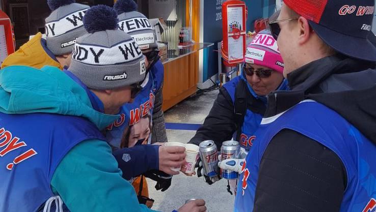 Anstossen auf den zweiten Platz mit Silbermedaille von Wendy Holdener bei den Skifahrerinnen.