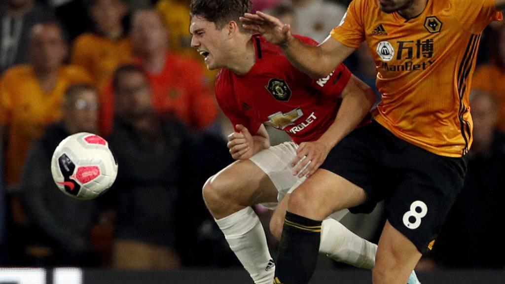 Manchester United's Daniel James (links) im Duell mit Wolverhamptons Ruben Neves