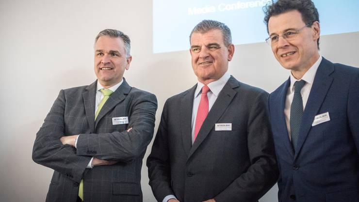 So hatte sich Stadler-Patron Peter Spuhler (Mitte) den Generationenwechsel an der Spitze seines Topmanagements vorgestellt: Finanzchef Raphael Widmer (rechts, seit April 2016), und Thomas Ahlburg, der Spuhler Anfang 2018 als CEO ablöste. Doch nun ist Ahlburg weg.