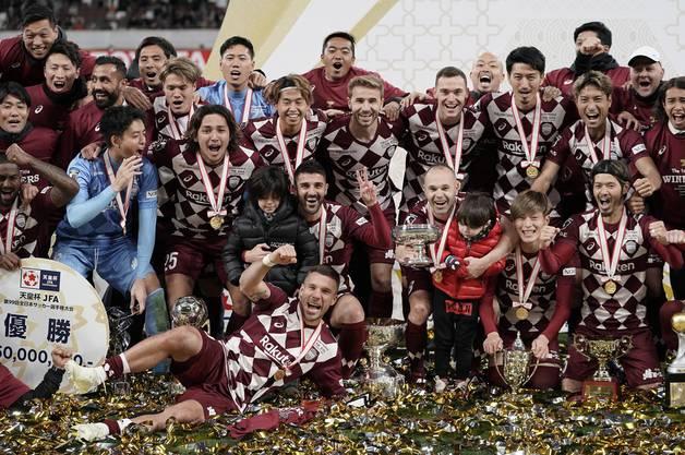 Die Spieler von Vissel Kobe feiern den ersten Titel der Vereinshistorie. Finden Sie die drei Top-Stars?