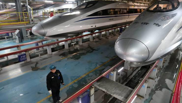 Ein Arbeiter bei der Herstellung von Hochgeschwindigkeitszügen in China. (Archiv) Die chinesische Wirtschaft ist in den ersten drei Monaten 2016 so langsam gestiegen wie seit der globalen Finanzkrise nicht mehr.