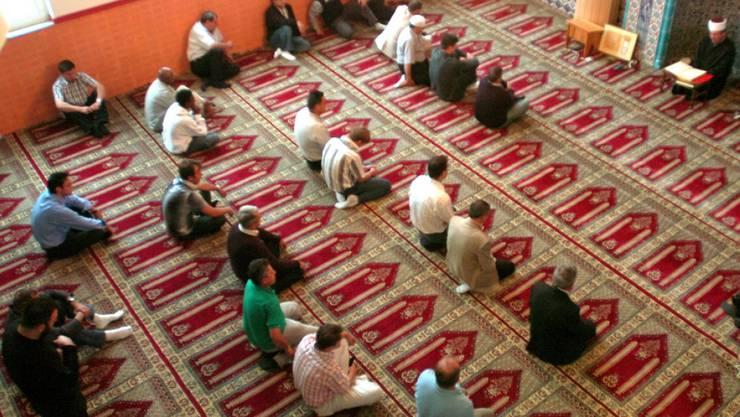 Muslime beten in der Moschee der Bosnischen Moslemischen Gemeinschaft in Emmenbrücke LU das Freitagsgebet. (Archiv)