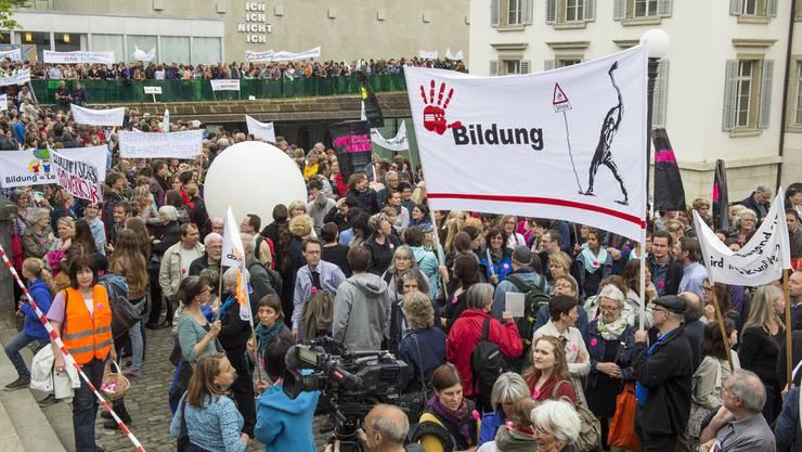 Bereits im Mai 2014 demonstrierte ein Grossaufgebot von Lehrpersonen zwischen dem Grossratssaal und dem Regierungsgebäude in Aarau gegen den Abbau der Bildung.