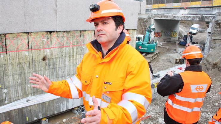 Projektleiter Alejandro Fernandez erklärt den Fortgang an der Baustelle.