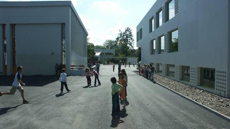 Grosse Bauprojekte geben in Dietikon viel zu reden. So etwa das per 2006 erweiterte Schulhaus Steinmürli...
