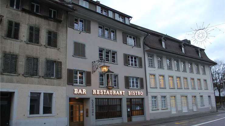 Das Licht brennt, das Restaurant neben der Stadtbibliothek ist aber geschlossen. cm