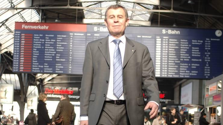 Regierungsrat Ernst Stocker auf dem Arbeitsweg. Foto: Peter Würmli