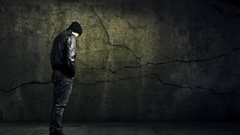 Ein junger Mann kommt immer wieder mit dem Gesetz in Konflikt. (Symbolbild)