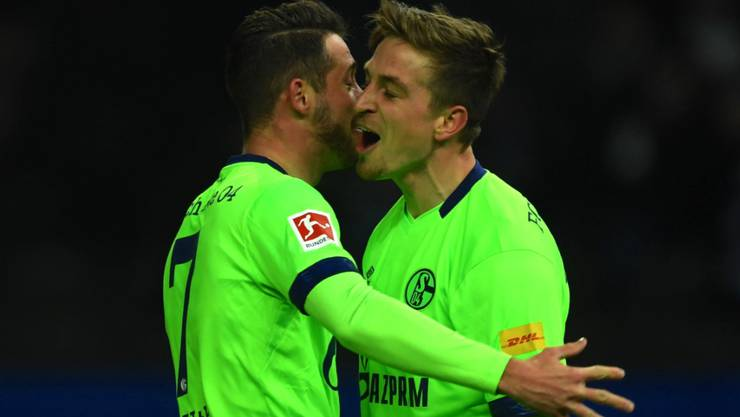 Die Schalker Stefan Vujic und Lazar Kukic, zwei Serben, freuen sich über das zeitweilige 2:1