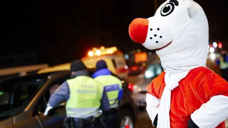 Das Maskottchen der Aktion Nez Rouge ermuntert hier im Raum Genf fahruntüchtige Autolenker, die Autoschlüssel abzugeben und sich von Freiwilligen nach Hause fahren zu lassen. (Archiv)