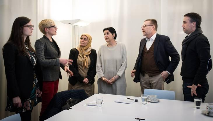 Belkis Osman (3. v. l.), Rifa'at Lenzin und Markus Notter vor dem Interview mit den Redaktorinnen Sophie Rüesch, Bettina Hamilton-Irvine sowie Jürg Krebs.