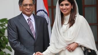Der indische Aussenminister S. M. Krishna posiert zusammen mit seiner pakistanischen Kollegin Hina Rabbani Khar in Neu Dehli