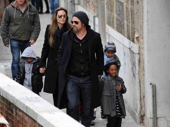 Brad Pitt und Angelina Jolie unterwegs mit Kind und Kegel