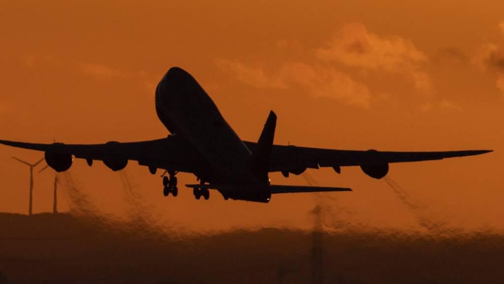 Eine Boeing 747 startet vom Flughafen Frankfurt aus in den Abendhimmel. (Archivbild)