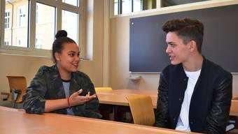 Beide sind 15 Jahre alt und benutzen modische Kraftausdrücke, sind sich aber im Klaren darüber, was sie bedeuten. Wann und wie sie die Ausdrücke benutzen, kommt auf die Situation und den Gesprächspartner an.
