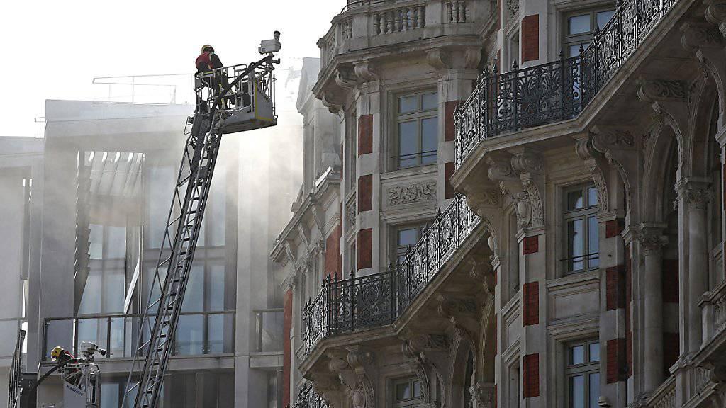 Rund 120 Einsatzkräfte der Feuerwehr kämpften in London gegen das Feuer im Hotel Mandarin Oriental.