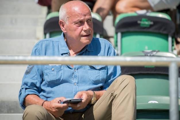 Trainerlegende Otto Pfister macht sich im Kybunpark Notizen