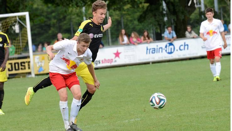 Umkämpftes Finale zwischen Borussia Dortmund (schwarz-gelb) - RB Salzburg (weiss-rot): David Sauerland (Dortmund) und David Gugganig kämpfen um den Ball.