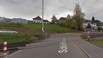Beim Bahnübergang in Wilen stürzte ein Velofahrer auf die Gleise - kurz bevor der Zug kam.