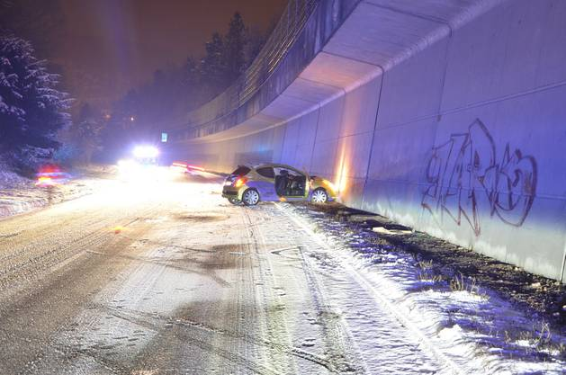 Das Auto des Junglenkers geriet auf der verschneiten Fahrbahn der H18 ins Schlittern, wurde auf die Gegenfahrbahn geschleudert und knalte in die Wand.