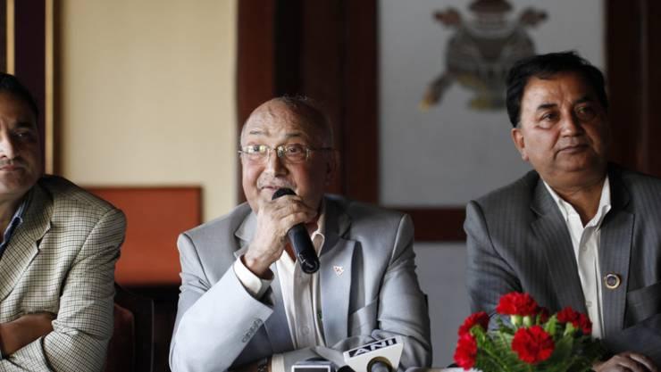 Für Nepals neuen Premierminister Khadga Prasad Sharma Oli (Mitte) zählen die nationale Einheit und der Wiederaufbau nach dem verheerenden Erdbeben vom April zu den wichtigsten Zielen. (Archiv)