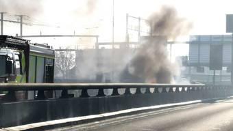 Der Fahrzeugbrand vom Freitagmorgen auf der A2-Schwarzwaldbrücke in Basel.