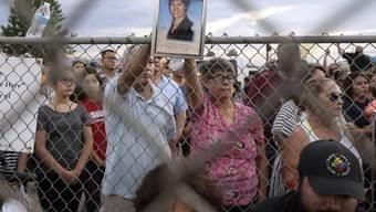 Freunde der am Samstag in El Paso erschossenen Mexikanerin Elsa Mendoza Marquez halten während eines Gedenkgottesdienstes in der amerikanischen Grenzstadt ein Foto der Verstorbenen in die Kameras.