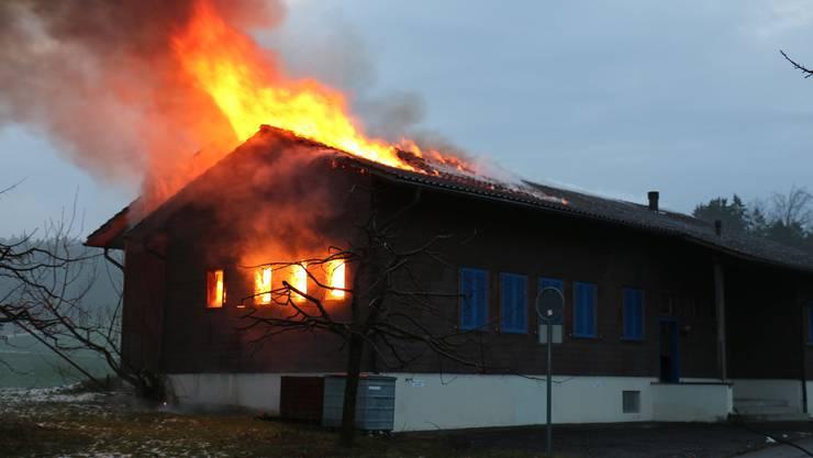 Das Schützenhaus steht in Flammen.