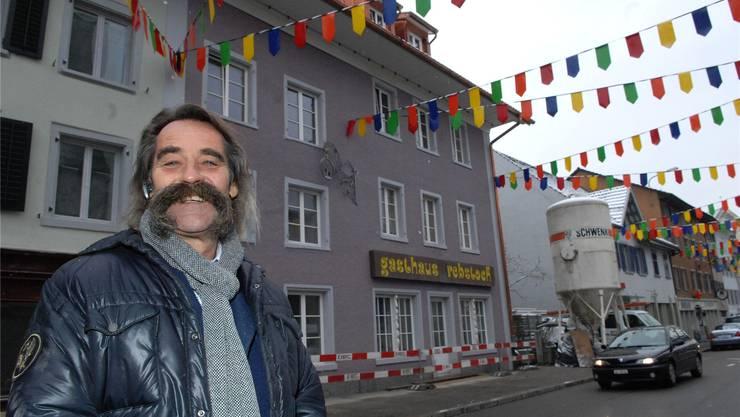 Umbau bald abgeschlossen: «Rebstock»-Besitzer Jürg Meier vor dem wiederaufgebauten «Rebstock». za