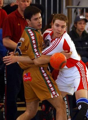 Michael Suter (rechts) - hier im Jahr 2002 - war selbst langjähriger Nationalspieler.