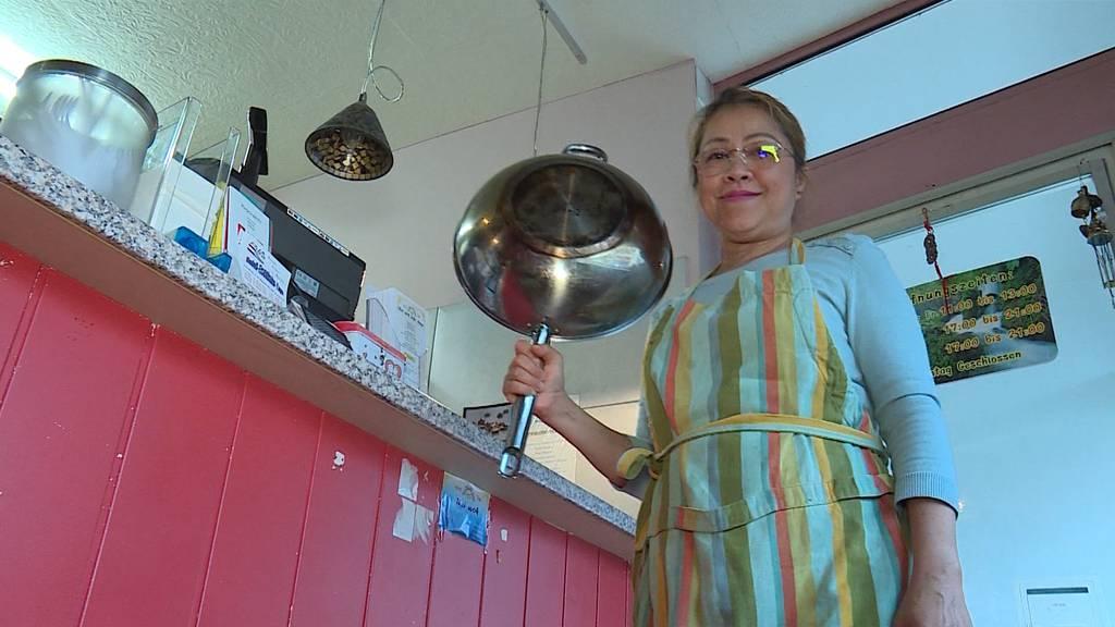 Köchin schlägt Räuber mit Wok in die Flucht