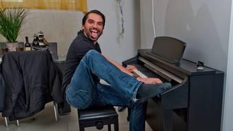 Alain Boog nimmt beim Klavierspielen auch mal die Füsse zur Hilfe.