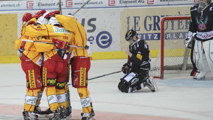 Ein Bild mit Symbolcharakter: Während sich die SCL Tigers über den Auswärtssieg freuen, liegt Fribourg-Gottéron am Boden