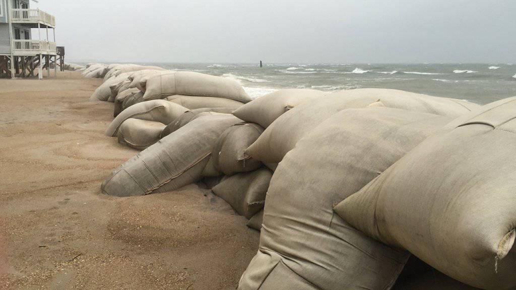 Sandsäcke sollen an einem Strand in North Carolina den Wellen standhalten, die der Sturm «Hermine» an Land peitscht. Auch New York wappnet sich gegen den Hurrikan.