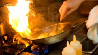 Einen Küchenbrand in Unterengstringen vermeldete die Kantonspolizei als Küchenbrand in Schlieren. Das sorgte für Aufruhr. (Symbolbild)