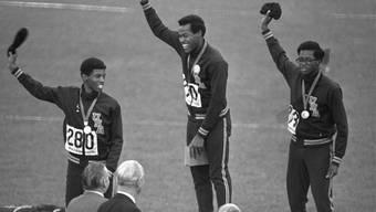 Lee Evans (Mitte/hier bei der Siegerehrung an den Olympischen Spielen 1968 in Mexico-City) hielt den 400-m-Weltrekord fast 20 Jahre lang