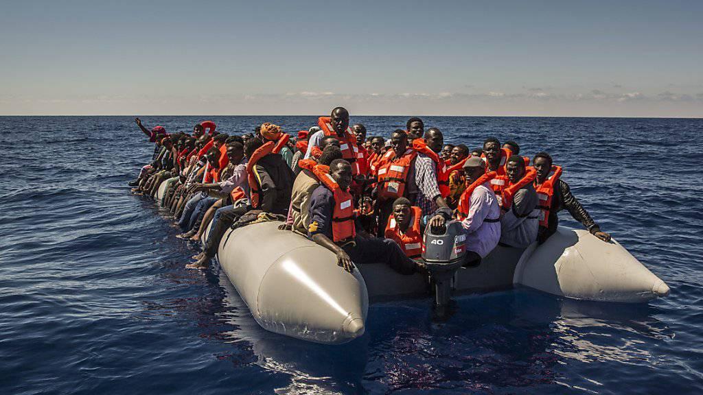 Flüchtlinge und andere Migranten etwa aus Eritrea, Mali und Bangladesch auf einem Boot vor der Küste Libyens im Sommer 2016. (Archivbild)