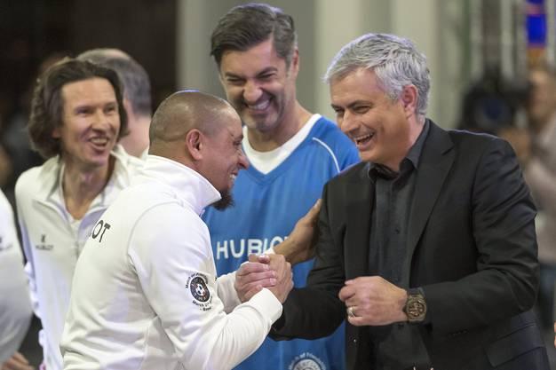 Shake-Hands zwischen Roberto Carlos und Jose Murinho