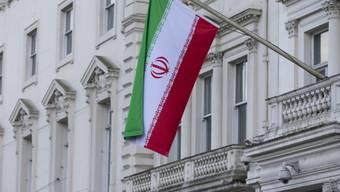 Die iranische Flagge hängt wieder an Irans Botschaft in London