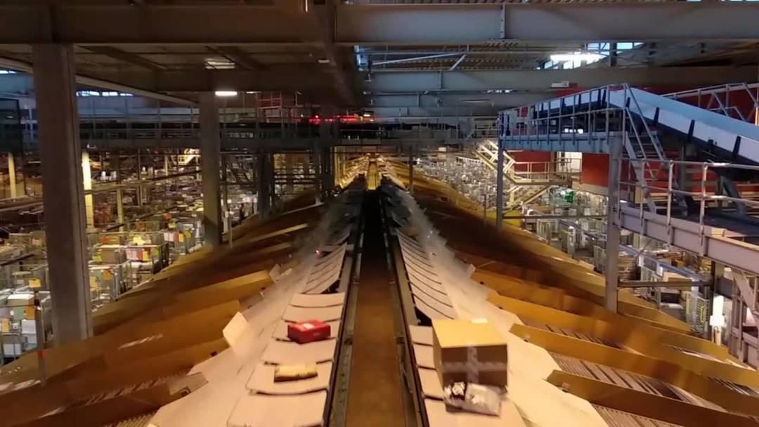 Einblick in die festtägliche Paketflut im Paketzentrum Härkingen