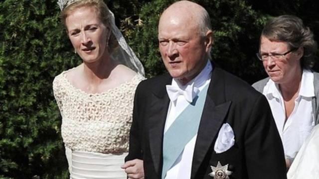 Prinzessin Nathalie wird von ihrem Vater, Prinz Richard, zur Kirche geführt