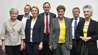 Der neue Zürcher Regierungsrat mit Jacqueline Fehr (SP), Martin Neukom (Grüne), Natalie Rickli (SVP), Mario Fehr (SP), Silvia Steiner (CVP), Ernst Stocker (SVP) und Carmen Walker Späh (FDP), vlnr. im Mediencenter bei den kantonalen Wahlen in Zürich.